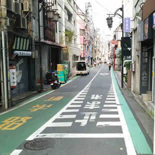 ローソンの角を右に曲がります(東京医大通り)。