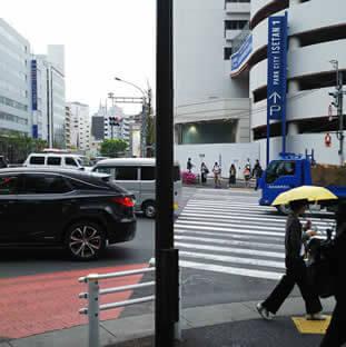 出口をそのまま直進すると靖国通りの信号が見えます。
